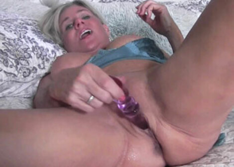 Payton Hall is pleasuring her mature pussy